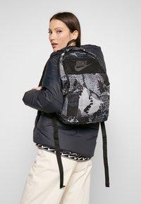 Nike Sportswear - Batoh - black/light smoke grey - 1