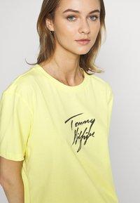 Tommy Hilfiger - TEE LOGO - Pyjama top - elfin yellow - 4