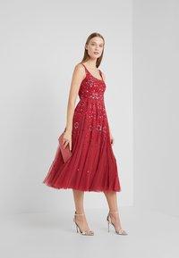Needle & Thread - SNOWFLAKE PROM DRESS - Koktejlové šaty/ šaty na párty - cherry red - 1