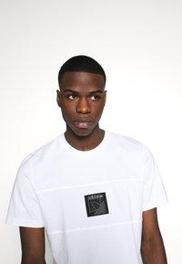 adidas Originals - ICON TEE - Triko spotiskem - white - 4