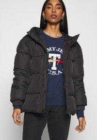 Tommy Jeans - REGULAR TWISTED LOGO CREW - Sweatshirt - twilight navy - 5