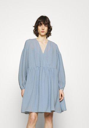 JOLIE DRESS - Denní šaty - dusty blue