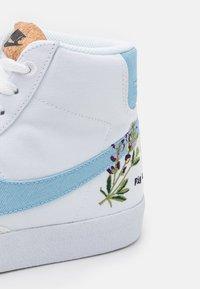 Nike Sportswear - BLAZER MID '77 UNISEX - Zapatillas altas - white/obsidian/volt - 3