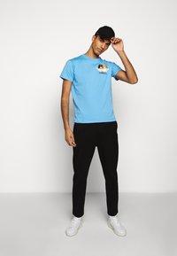 Fiorucci - NEW ANGELS TEE  - Print T-shirt - light blue - 1