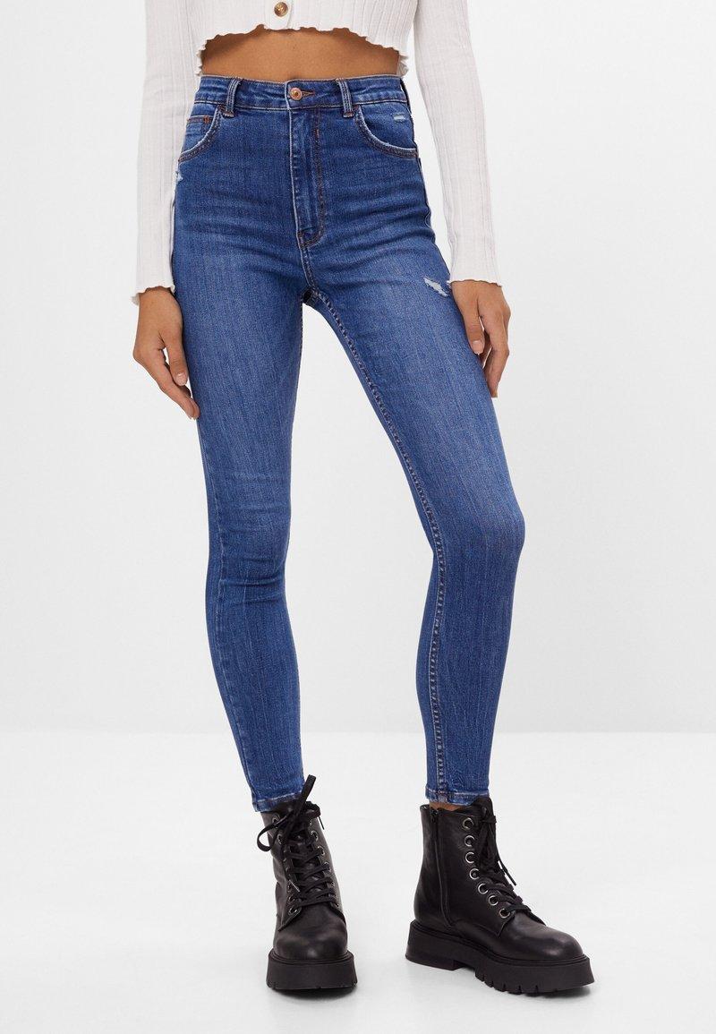 Bershka - MIT SEHR HOHEM BUND  - Jeans Skinny - blue