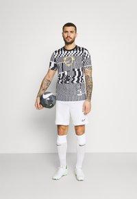 Nike Performance - DRY - T-shirts print - white/black/saturn gold - 1