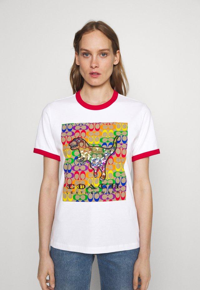 COACH PRIDE TEE - T-shirt imprimé - optic white