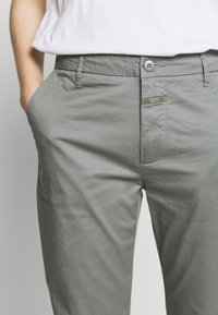 CLOSED - JACK - Chino kalhoty - dusty pine - 5