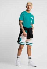 Jordan - DIAMOND POOLSIDE  - Shorts - crimson tint/mystic green/white - 1
