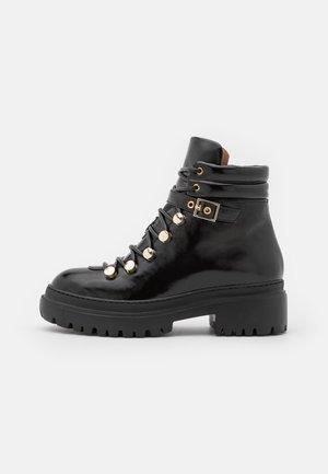 MOUNTAIN BOOT - Kotníkové boty na platformě - black