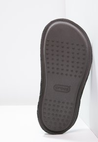 Crocs - CLASSIC - Domácí obuv - black - 4