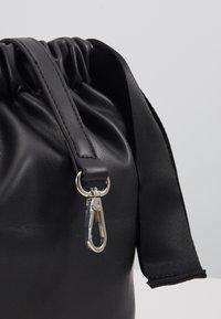 Pieces - PCBEAU CROSS BODY - Across body bag - black - 5