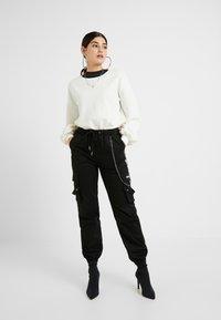 Missguided Petite - EMBROIDERED CHAIN CARGO - Pantalon classique - black - 1