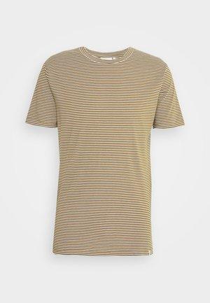LUKA - T-shirt med print - fir green