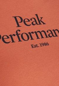 Peak Performance - Triko spotiskem - clay red - 3