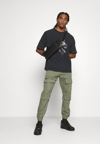 WRSTBHVR - RABIES - T-shirt med print - black washed - 1
