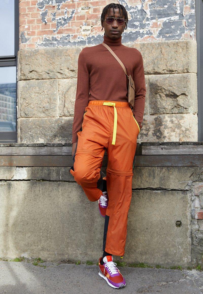 Nike Sportswear - DBREAK-TYPE M2Z2 UNISEX - Trainers - rugged orange/monarch/viotech/team orange/mean green