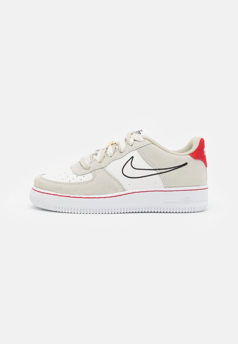 Nike Sportswear - AIR FORCE 1 LV8 S50 UNISEX - Trainers - light stone/black/sail/university red