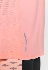 Puma - TRAIN FAVORITE TEE - Camiseta básica - elektro peach - 4