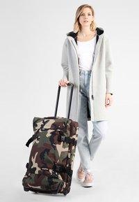 Eastpak - TRANVERZ M CORE COLORS  - Wheeled suitcase - camo - 0