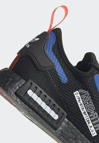adidas Originals - NMD_R1 SPECTOO UNISEX - Sneakersy niskie - core black/yellow tint - 10