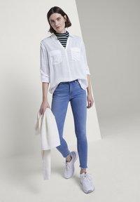 TOM TAILOR DENIM - MIT STREIFEND - Jeans Skinny Fit - mid stone blue denim - 1
