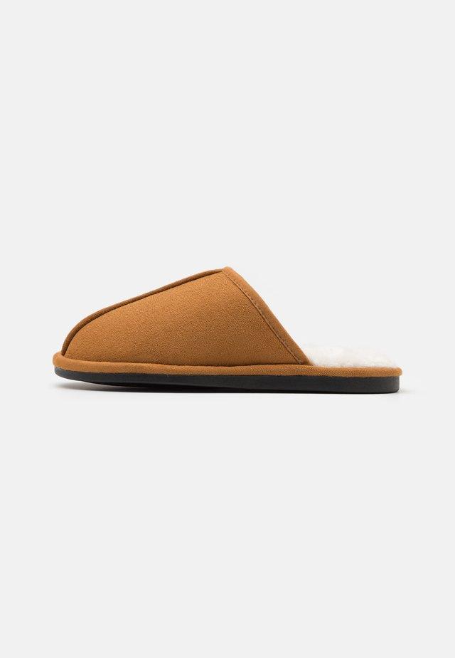 MITCHELL - Domácí obuv - tan