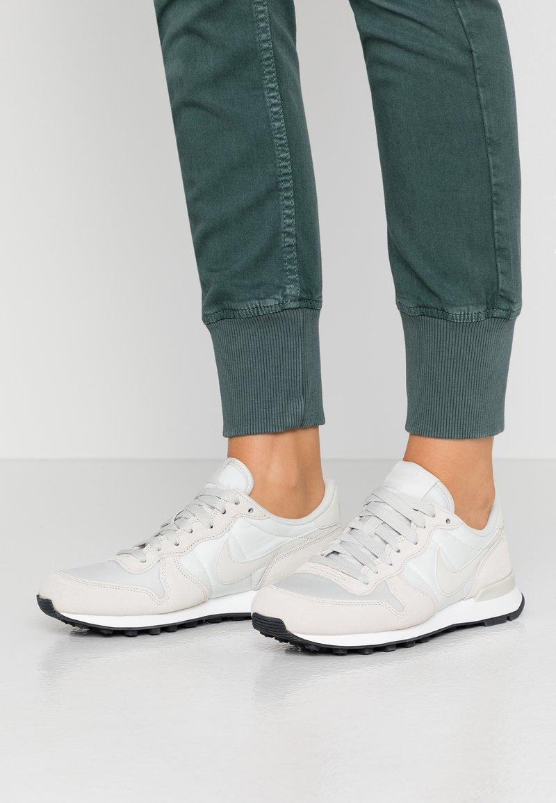 Nike Sportswear - INTERNATIONALIST - Sneaker low - phantom/light bone/summit white/black