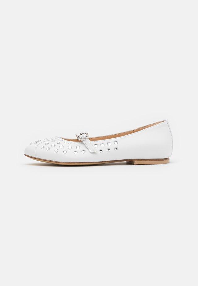 Ballerine con cinturino - white