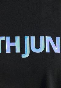 Sixth June - IRRIDESCENT RUB LOGO TEE - Triko spotiskem - black - 2