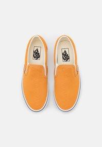 Vans - CLASSIC  - Nazouvací boty - golden nugget/true white - 5