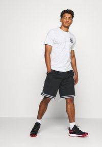New Era - ALL OVER PRINT TEE NEW YORK YANKEES - Print T-shirt - white - 1