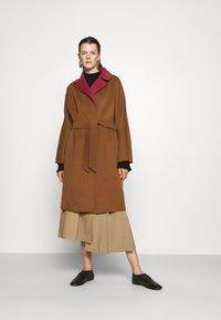 WEEKEND MaxMara - RAIL - Classic coat - bordeaux/camello - 3