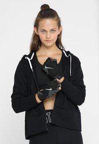 Nike Performance - PREMIUM FITNESS GLOVE - Mitaines - black/volt/white - 1