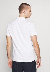 Lacoste - Unisex Lacoste x Jean-Michel Tixier Print Classic Fit Polo Shirt - Poloskjorter - blanc/cicer - 2