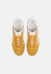 adidas Originals - GAZELLE SHOES - Trainers - crew yellow/white - 3