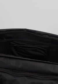 Under Armour - UNDENIABLE DUFFEL 4.0 SM UNISEX - Sports bag - black/silver - 5