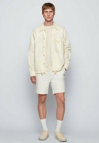 BOSS - SKEEVITO - Shorts - natural - 1