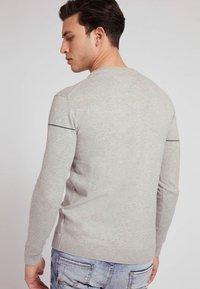 Guess - LOGO JACQUARD - Sweatshirt - hellgrau - 2