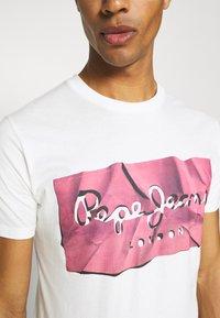Pepe Jeans - RAURY - Print T-shirt - dark chicle - 5