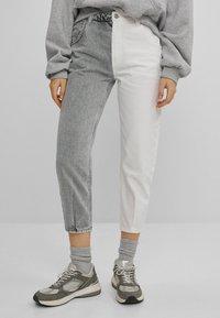 Bershka - IM MOM  - Jeans baggy - grey - 0