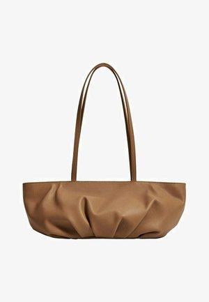GEPLOOIDE BAGUETTE - Handbag - karamel