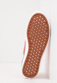 Vans - UA COMFYCUSH AUTHENTIC - Sneakersy niskie - grenadine - 4