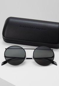 Alexander McQueen - Lunettes de soleil - black - 2