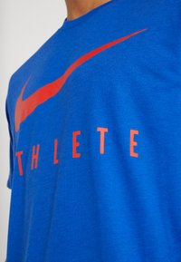 Nike Performance - DRY TEE ATHLETE - T-shirt imprimé - game royal/habanero red - 4