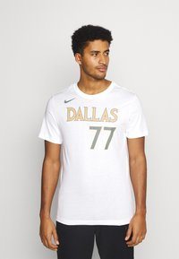 Nike Performance - NBA DALLAS MAVERICKS LUKA DONCIC CITY EDITION NAME NUMBER TEE - Equipación de clubes - white - 0
