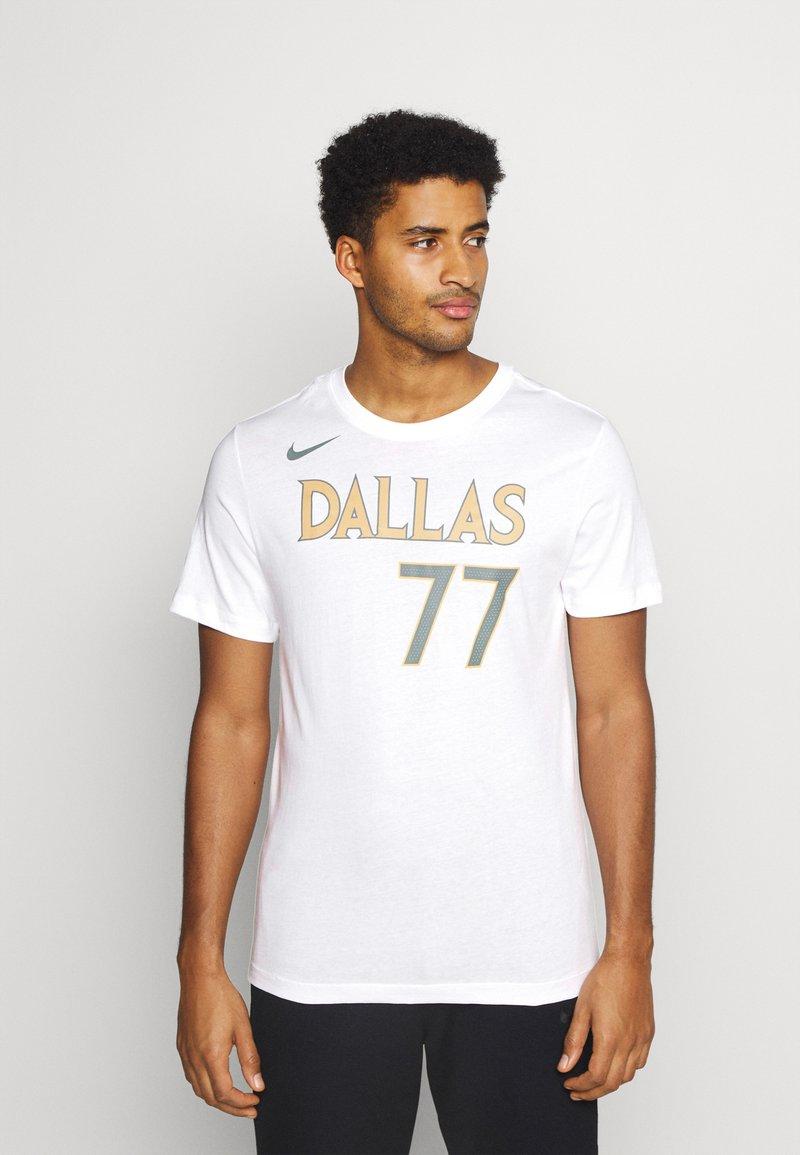 Nike Performance - NBA DALLAS MAVERICKS LUKA DONCIC CITY EDITION NAME NUMBER TEE - Equipación de clubes - white