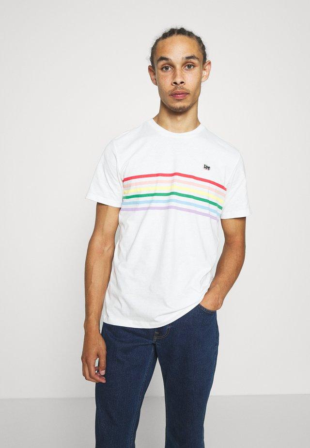 PRIDE STRIPE TEE - T-shirts med print - white