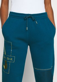 Nike Sportswear - PANT - Tracksuit bottoms - valerian blue/deep ocean/metallic gold - 6