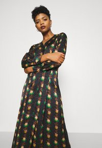 Scotch & Soda - PRINTED V-NECK MIDI LENGTH DRESS WITH PLEATS - Košilové šaty - combo - 3